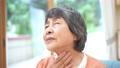 喉が痛いシニア女性 70367163
