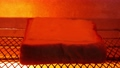 トースターで焼かれて泡立つトースト上のスライスチーズのタイムラプス動画 71153328