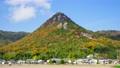 紅葉する円錐形の太郎坊山のハイパーラプス動画 71645178