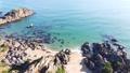 晴天の浜辺と打ち寄せる白い波の空撮映像 71783495