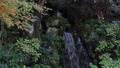 공원에있는 작은 폭포의 흐름 71917222