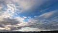夕方の流れる雲のタイプラプス 72343985