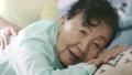 70多歲的女性接受按摩 72651145