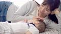 母親和她的孩子睡覺 72651335