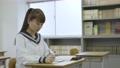 年輕的日本學生在教室裡學習 72894178