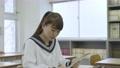 年輕的日本學生在教室裡學習 72894180