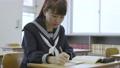 年輕的日本學生在教室裡學習 72894181