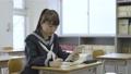 年輕的日本學生在教室裡學習 72894182
