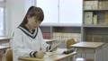 年輕的日本學生在教室裡學習 72894184