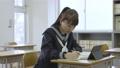 年輕的日本學生在教室裡學習 72894185