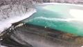 厳寒のダム湖から流れ落ちる水 73278751