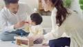 木のおもちゃで遊ぶ11ヶ月の赤ちゃん 73357672