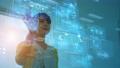 ホログラム画面を操作する女性 73647132