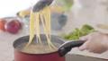煮沸麵團的手婦女 74249136