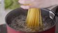 煮沸麵團的手婦女 74249137