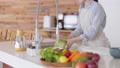 洗生菜的女人的手 74249142