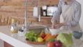 女人的手服務蔬菜 74249143