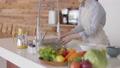 婦女洗西紅柿 74249144