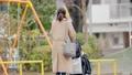 一位三十多歲的母親通過推嬰兒車為一個一歲的孩子走路 74428636