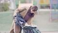 一位三十多歲的母親通過推嬰兒車為一個一歲的孩子走路 74428639