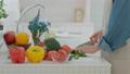 부엌에서 요리하는 중간 여성 74475458
