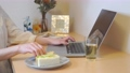 一個女人在遠程辦公中吃一個三明治 74946960