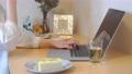 在自己的房間裡一邊工作一邊吃三明治的人 74946961
