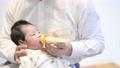 在乳瓶的嬰孩飲用奶 75030171