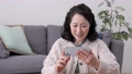 在她的智能手機上聊天的女高管視頻 75276478