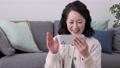 打視頻電話的女高管在她的智能手機 75276480
