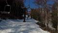 スキー場のリフトに乗車 75502972