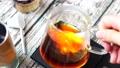 珈琲 ペーパードリップ抽出 ドリップサーバー 攪拌 かき混ぜる コーヒー色 ライトアップ 75666939