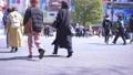 도쿄의 도시 풍경 시부야 스크램블 교차로를 오가는 사람들 75730826