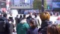 東京の都市風景 渋谷スクランブル交差点を行き交う人々 75730828