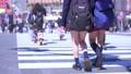 東京の都市風景 渋谷スクランブル交差点を行き交う人々 76092882