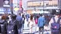 東京の都市風景 渋谷スクランブル交差点を行き交う人々 76092883
