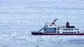 流氷に覆われたオホーツクの海に砕氷船 76144923