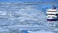 流氷に覆われたオホーツクの海に砕氷船 76144927