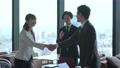 オフィスで握手をするビジネスグループ 76206305
