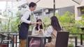 一個女人在一家咖啡館聊天 76346550