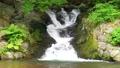 清澈的小溪流過岩石表面 76383472