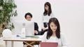 사무실에서 일하는 여성 76458868