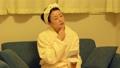 お風呂上がりに肌をチェックするミドル女性 76546239
