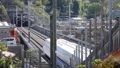 市街地のトンネルに入る高速列車、画面奥に通過 76602237