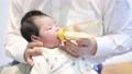 在乳瓶的嬰孩飲用奶 76614228