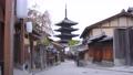 京都の風景 早朝の産寧坂から眺めるローアングルめの法観寺八坂の塔のズームアウト 76690807