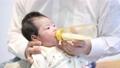 嬰兒和父親奶瓶 76763347