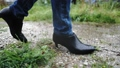 雨の中を歩く女性の足元 77116641