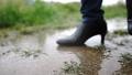 雨の中を歩く女性の足元 77116643
