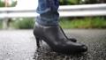 雨の中を歩く女性の足元 77116644
